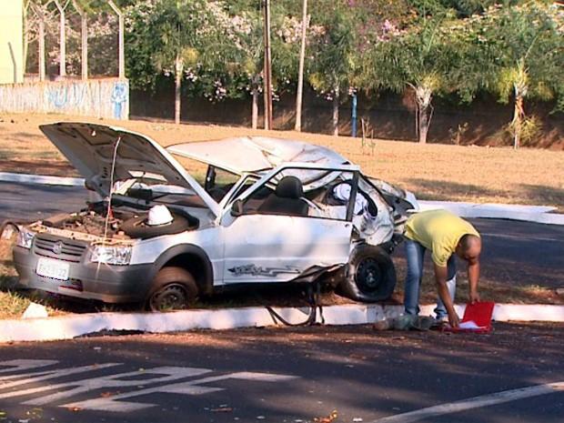 Um carro com três pessoas capotou na madrugada deste sábado (30) na Avenida Patriarca em Ribeirão Preto (SP). Segundo testemunhas, o motorista perdeu o controle do carro ao fazer uma curva, bateu em uma árvore e depois capotou. As vítimas tiveram ferimentos leves e voltavam de uma festa quando o acidente aconteceu.   (Foto: Maurício Glauco/ EPTV)