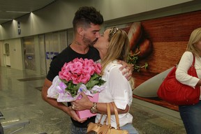 Viviane Araújo beija o noivo, Radamés, no aeroporto Tom Jobim, na Zona Norte do Rio (Foto: Isac Luz/ EGO)