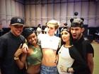 De blusa curtinha, Miley Cyrus exibe tatuagem que tem abaixo do seio