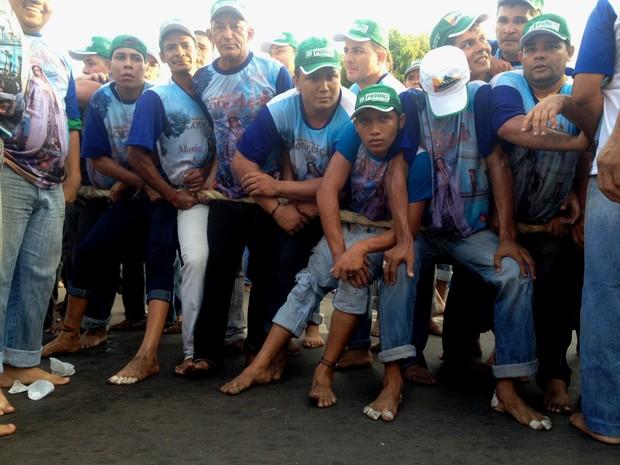 Promesseiros se  amontoam para conseguir um lugar na corda. (Foto: Karla Lima/TV Tapajós)
