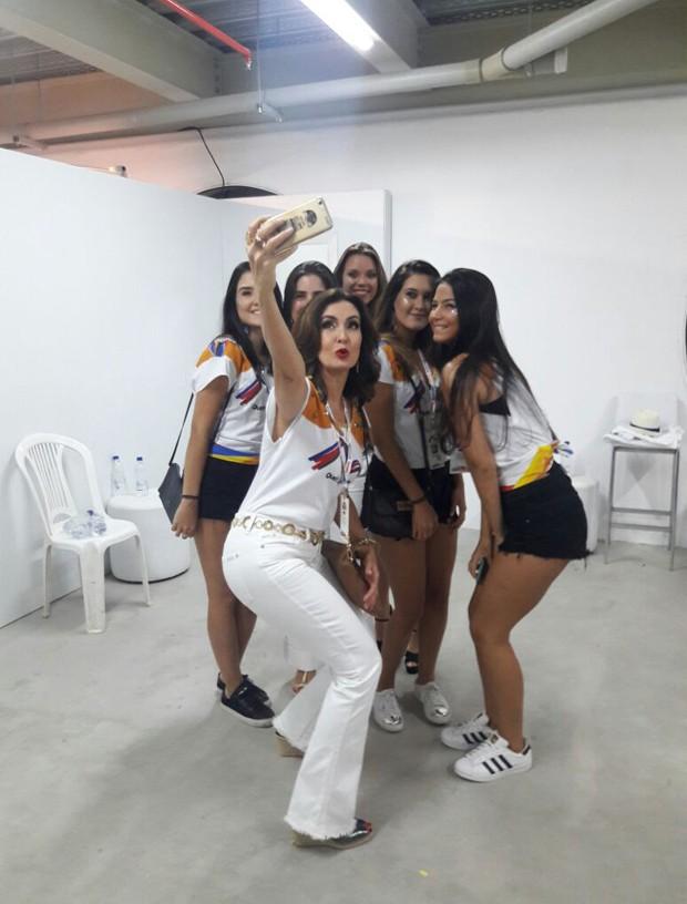 Fátima Bernardes posa com as filhas e as amigas das filhas (Foto: EDitora Globo)