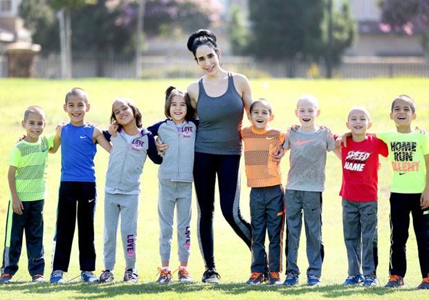 Nadya Suleman hoje com os óctuplos, nascidos em janeiro de 2009 (Foto: Movi Inc)