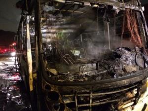 Ônibus incendiado Porto Alegre (Foto: Bernardo Bortolotto/RBS TV)