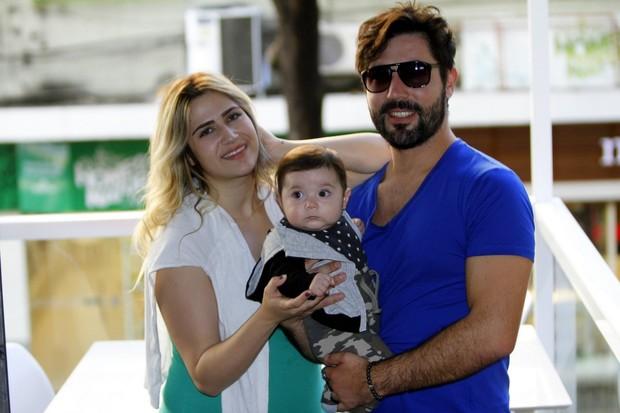 Sandro Pedroso e Jéssica Costa com o filho, Noah (Foto: Marcos Ferreira/Brazil News)