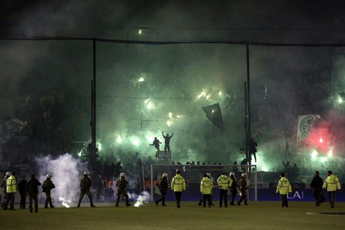 Torcida Panathinaikos fogos (Foto: AP Photo/Yorgos Karahalis)