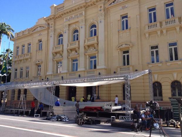 Estrutura é montada em frente ao Palácio do Campo das Princesas para velório e missa campal (Foto: Marjones Pinheiro/TV Globo)