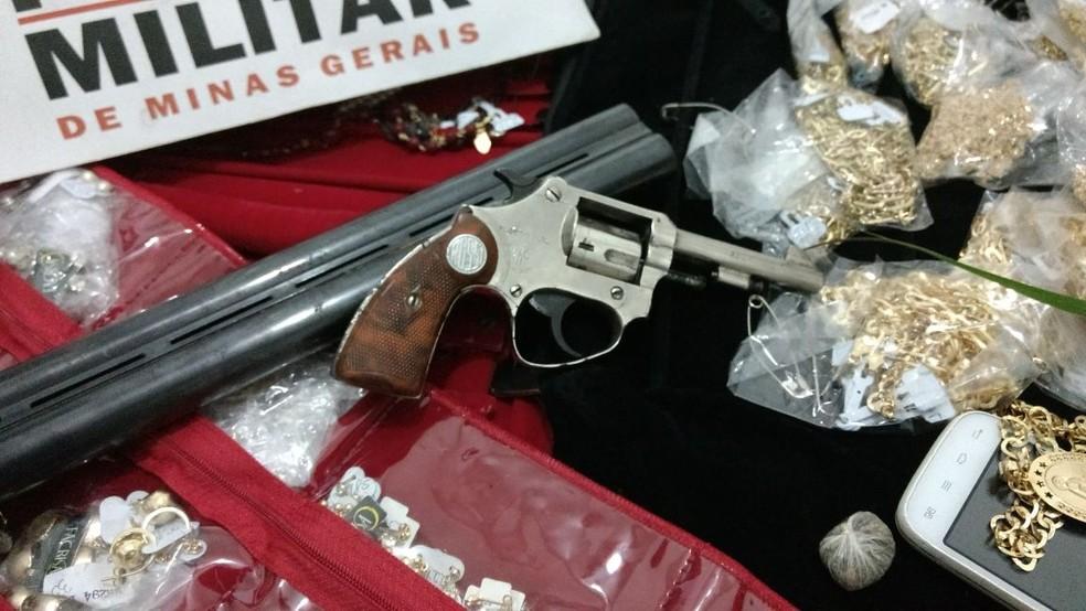 Polícia apreendeu as semijoias roubadas e uma arma (Foto: Polícia Militar / Divulgação )