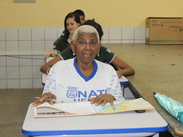 Idosa frequenta de segunda a sexta o Programa de Educação com Mediação Tecnológica - Mais Saber (Foto: Gilcilene Araújo/G1)