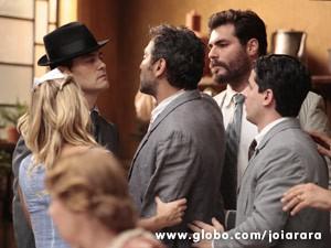 Mundo acha que Manfred é o culpado pelo desmaio de Amélia e parte para cima dele (Foto: Joia Rara/ TV Globo)