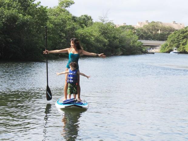 Dani super fofa com o filho Kauai, mandando ver no SUP (Foto: Arquivo Pessoal)
