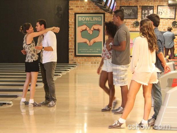 Apaixonados, os dois ficam no maior chamego (Foto: Em Família/TV Globo)
