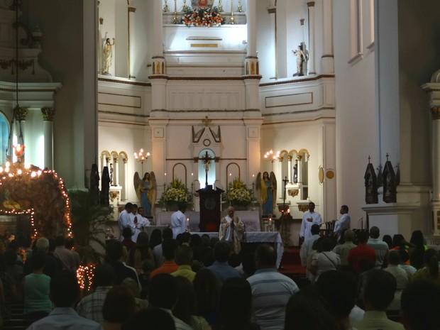 Missa do galo reúne centenas de fieis na Catedral Metropolitana de Maceió (Foto: Michelle Farias/G1)
