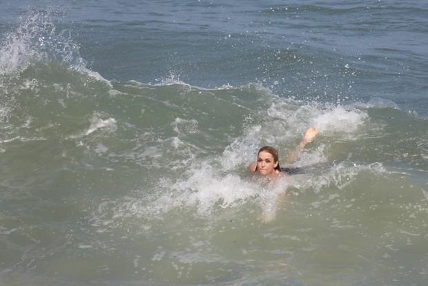 Claudia Abreu na praia do Recreio, RJ (Foto: Dilson Silva / Agnews)