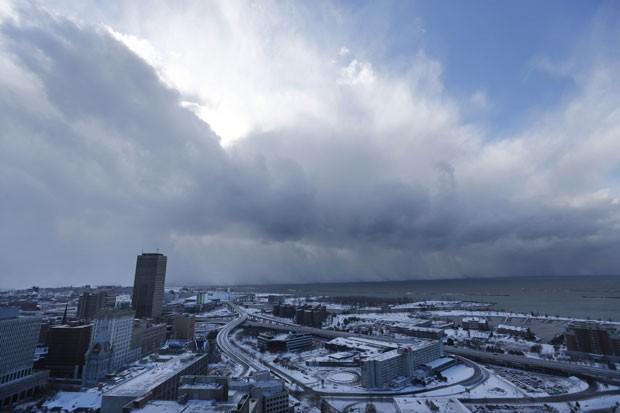 Neve se move pelo sul da cidade de Buffalo, nos EUA, nesta terça-feira (18). Tempestade paralisou a cidade e deixou quatro mortos (Foto: The Buffalo News, Derek Gee/AP)