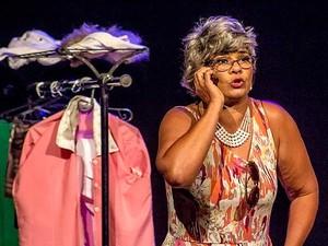 """A atriz Solange Couto atua na peça """"Cinco mulheres por um fio"""", em cartaz no Teatro dos Bancários, em Brasília  (Foto: Divulgação)"""