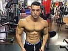 Felipe Franco chama atenção com cintura fina e ombros largos