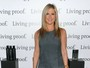 Jennifer Aniston usa vestido curto em evento em Nova York