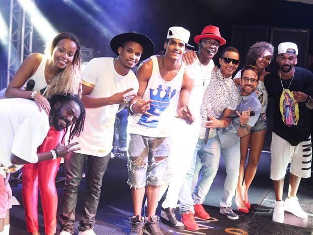 Grupo Melanina Carioca se apresenta com Mumuzinho na Zona Sul do Rio (Foto: Ari Kaye/ Divulgação)