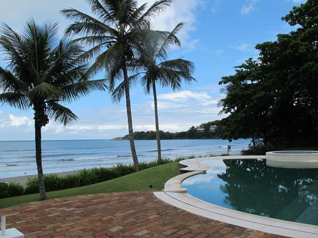 Vista de uma das casas luxuosas em frente a praia de Iporanga (Foto: Mariane Rossi/G1)