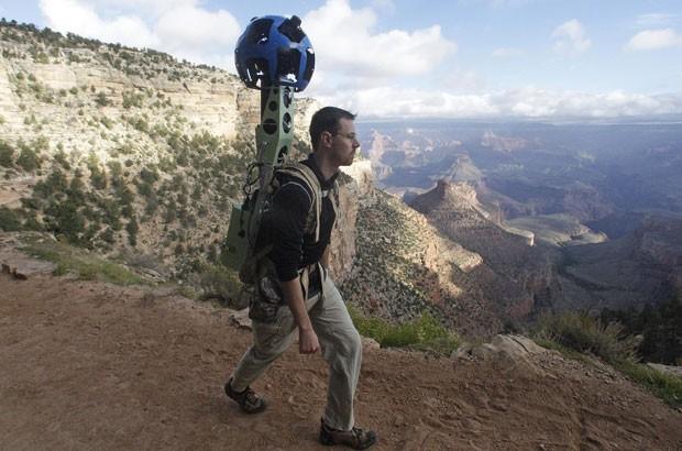 Ryan Falor, gerente de produto do Street View, usa a mochila chamada de Trekker para coletar as imagens no Grand Canyon (Foto: Rick Bowmer/AP)