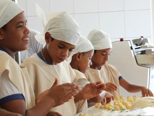 Associação Padre Enzo oferece cursos e oficinas de confeitaria, padaria e empreendedorismo de horta (Foto: Divulgação)