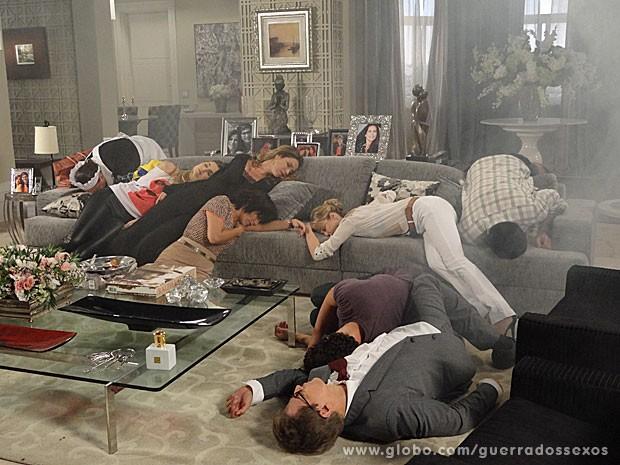 Todos desmaiam com bomba de gás (Foto: Guerra dos Sexos / TV Globo)