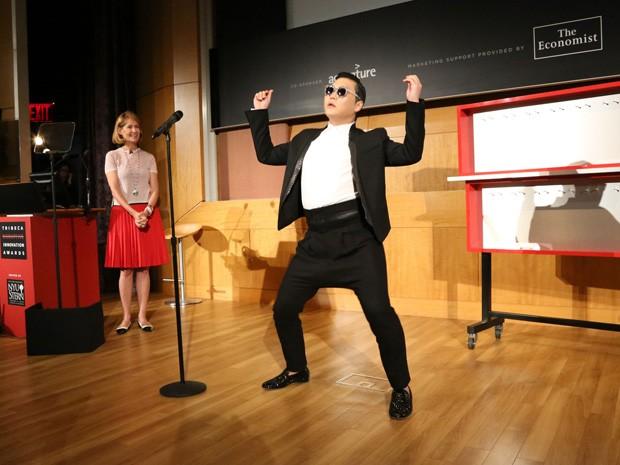 Psy recebe o prêmio durante o Festival de Cinema de Tribeca, nesta sexta-feira (26), em Nova York, EUA (Foto: Rob Kim/Getty Images/AFP)