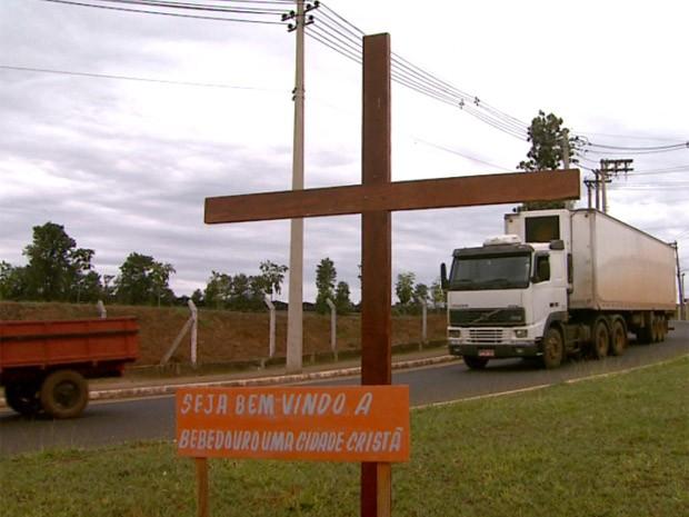 Crucifixo de madeira colocado na rotatória de entrada de Bebedouro, SP (Foto: Reprodução/EPTV)
