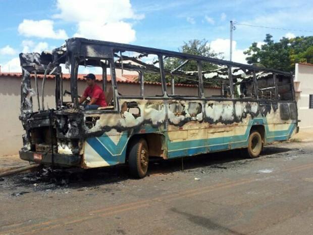 onibus queimado Carmo do Paranaíba (Foto: Paulo Barbosa/G1)