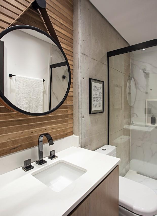 Banheiro. Com bancada de quartzo PKO branco puro, tem parede revestida por porcelanato com efeito de madeira da Portobello e espelho da Tok & Stok (Foto: Gui Morelli / Divulgação)