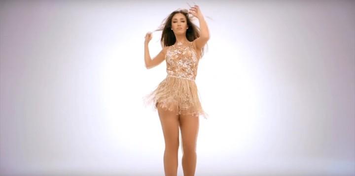 Anahí se arrisca em passinho de samba no clipe de 'Boom Cha' (Foto: Reprodução)