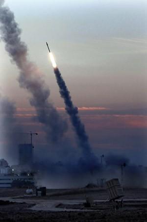 Sistema de defesa israelense é acionado para tentar interceptar mísseis vindos de Gaza, nesta quinta-feira (15), na cidade portuária de Ashdod (Foto: AP)