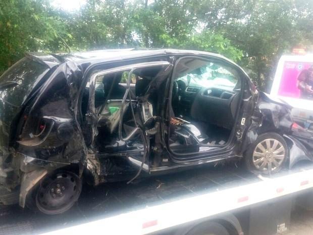 Carro ficou totalmente destruído (Foto: G1)