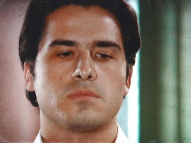 Luciano não gosta nada da revelação (Foto: Lado a Lado / TV Globo)