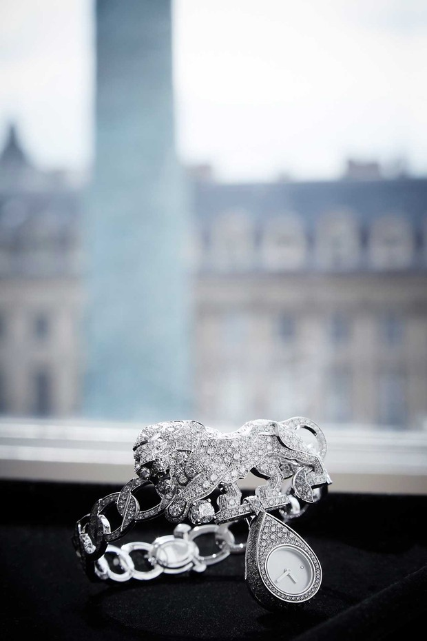 "A watch from Chanel's ""l'Esprit du Lion"" collection, with the Place Vendôme in the background (Foto: CHANEL)"