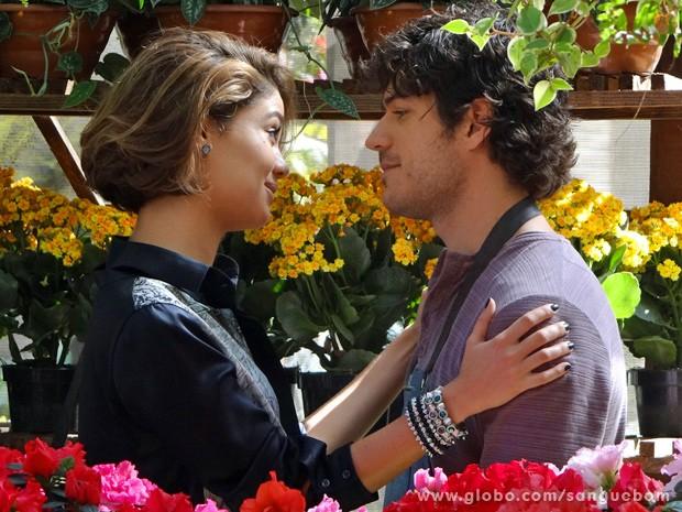 It-girl faz a fofa e o florista se derrete (Foto: Sangue Bom/TV Globo)