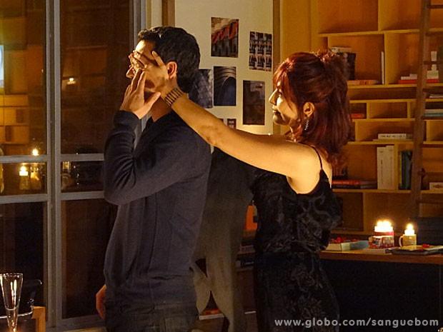 Apaixonada, Natan faz tudo o que verônica pede! Mal sabe ele... (Foto: Sangue Bom / TV Globo)