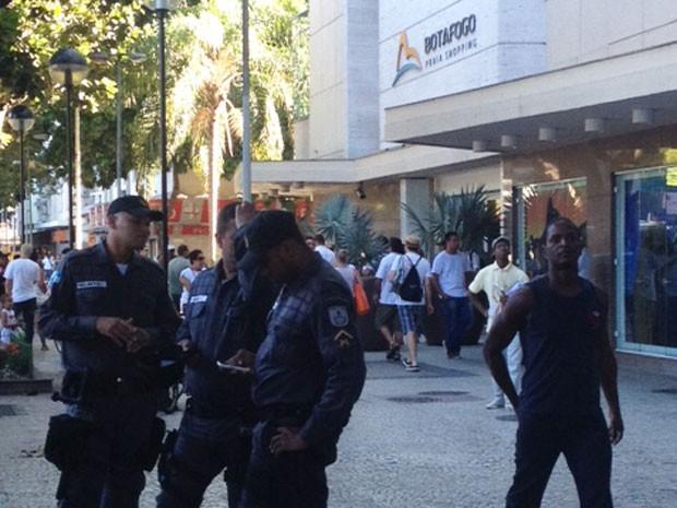 Policiais ficaram do lado de fora do shopping (Foto: Mirelle de França / EGO)