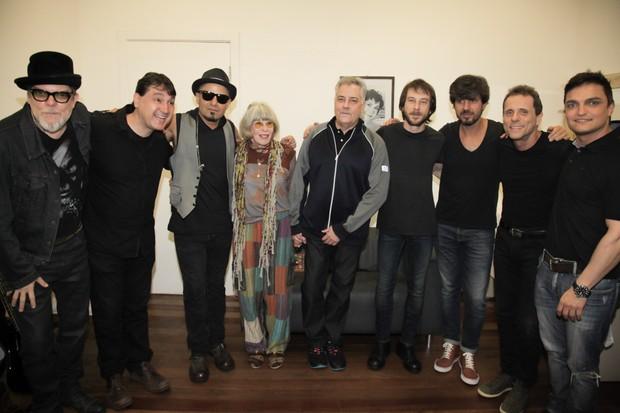 Rita Lee posa com o grupo Titãs (Foto: Rafael Cusato e Marcos Ribas/Brazil News)
