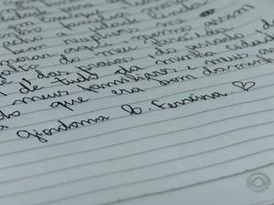 Letra de Giordana é legível, apesar do jeito inusitado de escrever (Foto: Reprodução/RBSTV)