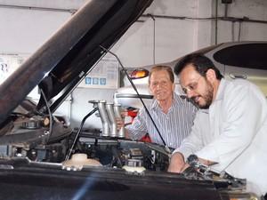 Mercorios e o filho José Eduardo atuam juntos na oficina em Ribeirão Preto   (Foto: Fernanda Testa/G1)
