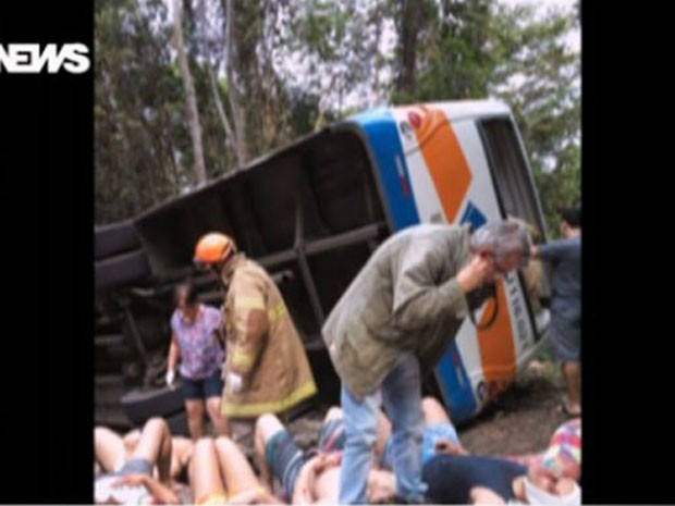 Acidente na estrada entre Paraty e Trindade aconteceu por volta das 12h40 (Foto: Reprodução/GloboNews)