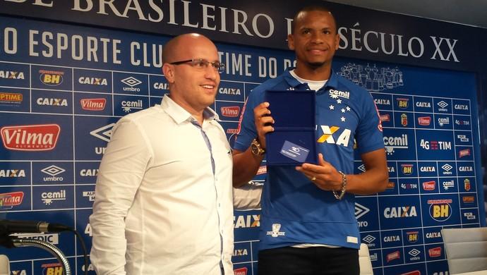 Diretor Thiago Scuro apresenta o novo reforço do Cruzeiro, o lateral Edimar (Foto: Marco Antônio Astoni)