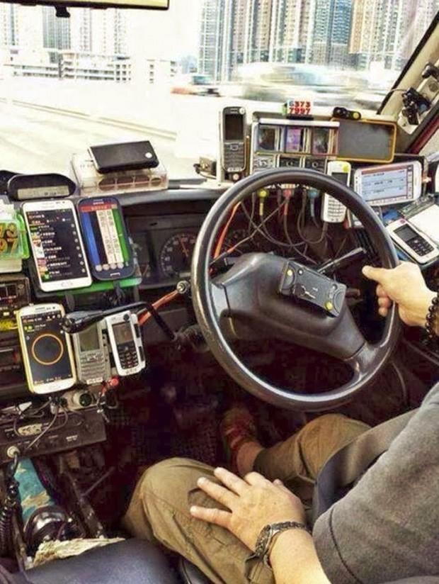 Foto mostra painel de táxi chinês tomado por celulares de diversos tipos (Foto: Reprodução/Imgur/EngineerScientist)