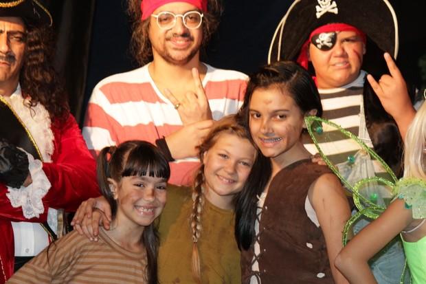 Nikki Meneghel com o elenco da pe�a O novo Peter Pan (Foto: Robson Moreira/Fotorio News)