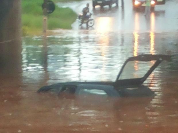 Carro ficou submerso em túnel de Dourados (Foto: Luana Batista/Arquivo Pessoal)