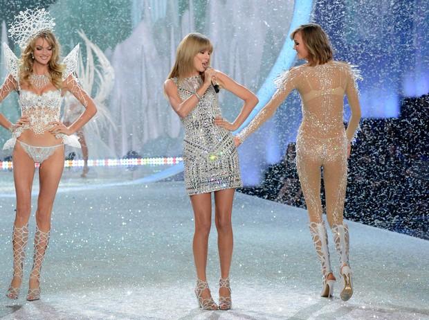 Karlie Kloss apalpa Taylor Swift (Foto: Getty Images/Agência)