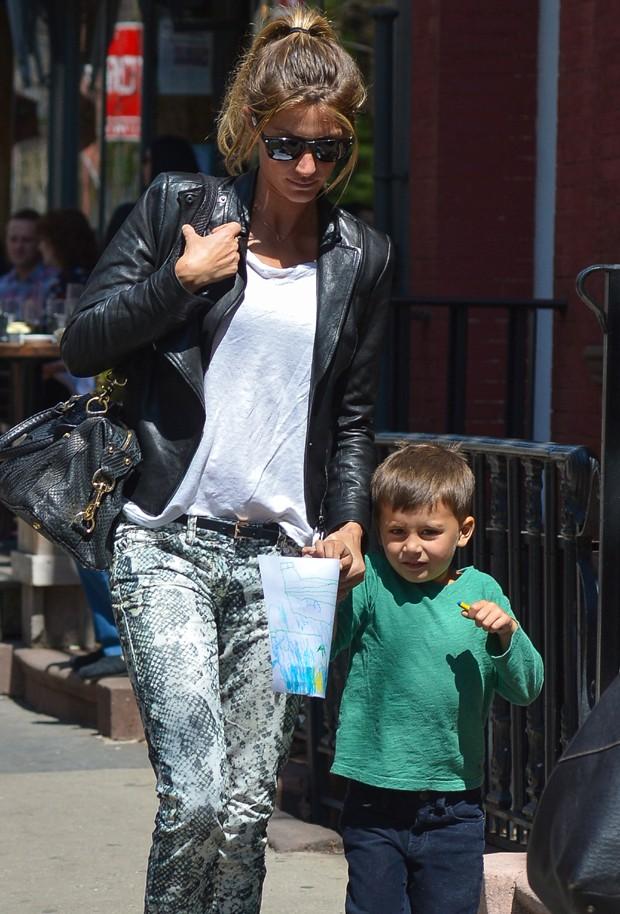 Gisele Bündchen e o filho, Benjamin (Foto: Grosby Group)