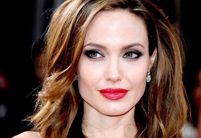Angelina é adepta da boca vermelha, e você? (Foto: Getty Images)