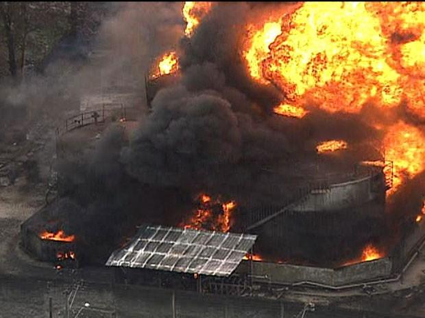 Incêndio atinge depósito na Rodovia Rio-Teresópolis, em Caxias (Foto: Reprodução / TV Globo)
